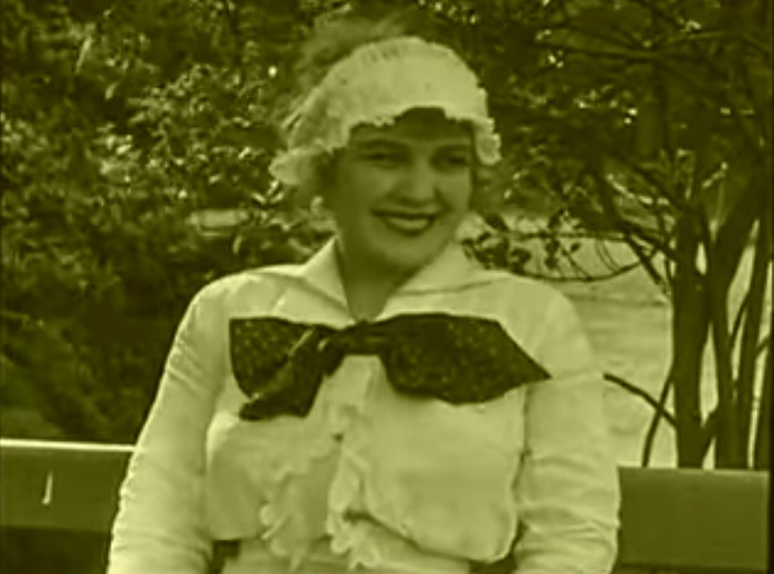 In the park Introduction, Charlie Chaplin 1915 (10) Chaplin la fait rire