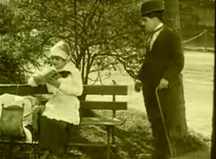 In the park Introduction, Charlie Chaplin 1915 (11) Et voilà qui permet à Chaplin de s'approcher de la belle