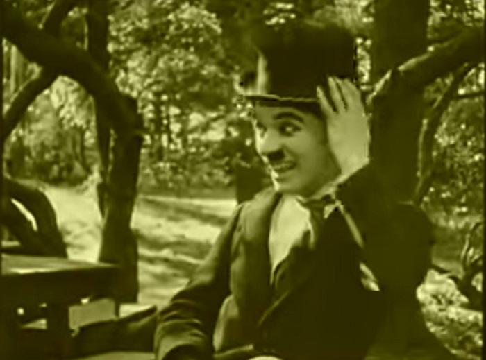In the park Introduction, Charlie Chaplin 1915 (19) après s'être fait jeté par le couple, il tente sa chance avec Edna hors-champ