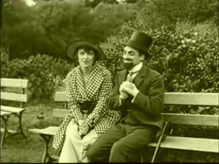In the park Introduction, Charlie Chaplin 1915 (2) deuxième plan de suite après présentant deux amoureux