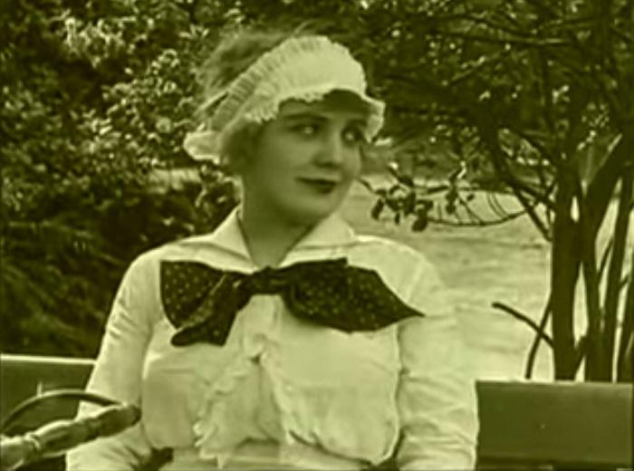 In the park Introduction, Charlie Chaplin 1915 (3) les deux rails se rejoignent symboliquement qui a quitté, c'est un champ contrechamp car Edna les regarde