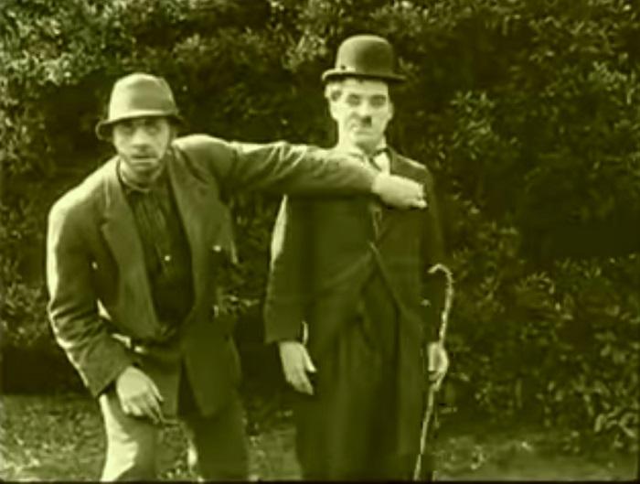 In the park Introduction, Charlie Chaplin 1915 (4) apparition de Chaplin avec une situation définissant son personnage lunaire et fauché (même endroit, mais ailleurs, donc pour l'instant en montage parallèle)