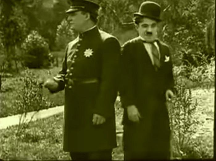 In the park Introduction, Charlie Chaplin 1915 (6) Chaplin sort du champ pour réapparaître aussitôt avec un nouveau personnage (succession de rencontres malheureuses)