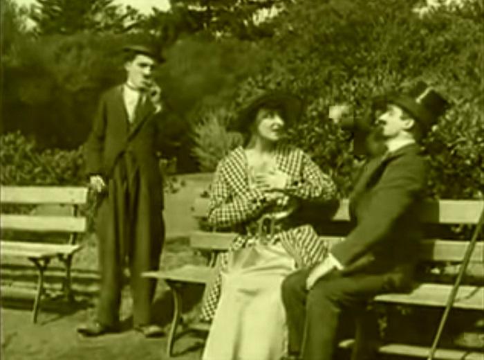 In the park Introduction, Charlie Chaplin 1915 (7) Chaplin retrouve le couple d'amoureux, une rencontre heureuse, ou pas