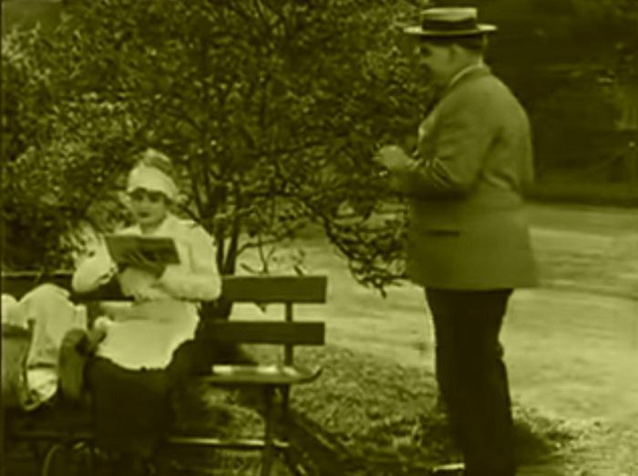 In the park Introduction, Charlie Chaplin 1915 (8) Pendant ce temps, Edna est rejointe par un inconnu qui partira aussitôt